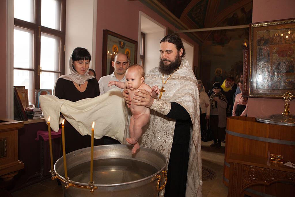 Прежде всего необходимо сразу отказаться от кандидатур, которые, согласно церковным канонам, просто не могут выступать в роли крестных родителей ребенка.